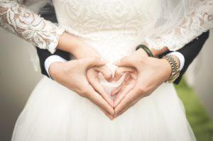 Deux mariés s'aiment