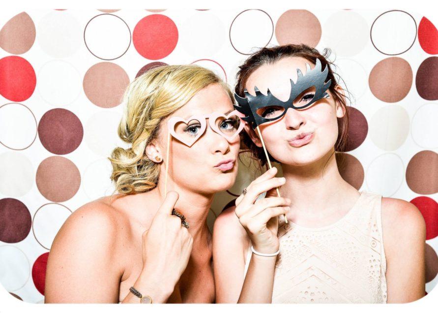 Deux filles s'amusent à une soirée d'entreprise